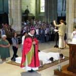 La prostration des diacres accompagnés de leur épouse pendant la Litanie des Saints