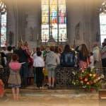 62 bis, Les enfants rassemblés autour de notre évêque des prêtres et des diacres, DSC_0701