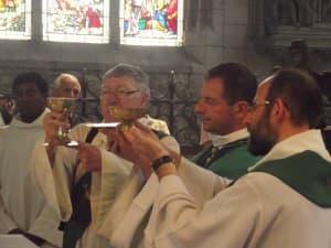Après la doxologie, notre évêque invite les enfants autour de l'autel pour la prière du Notre Père