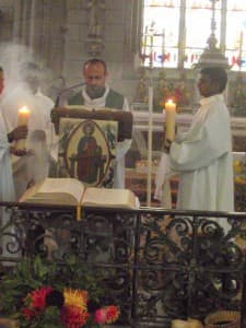 Le père François-Xavier proclame l'Evangile