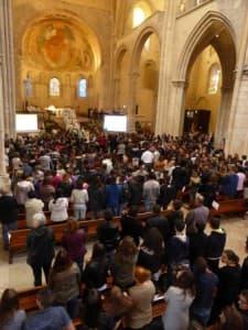 Une foule de jeunes dans la cathédrale