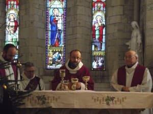 Prière Eucharistique présidée par le p. François-Xavier Reveneau, concélébrée par les pères Ivan Pandza et Michel Guyot
