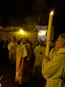 Corbigny : le père François-Xavier bénit le cierge pascal tenu par le diacre Patrick