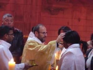 après leur baptême, le père François-Xavier procède à la confirmation de Céline et de Rachelle