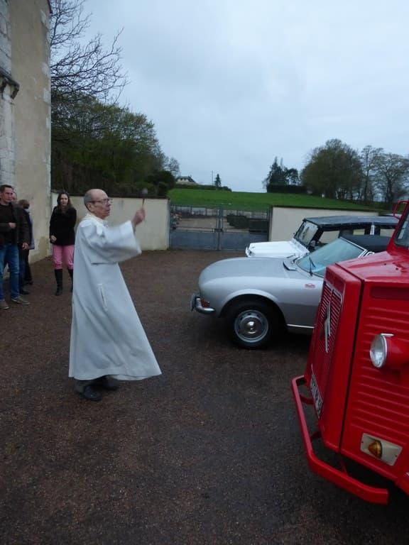 le père Jouanin bénit les voitures anciennes