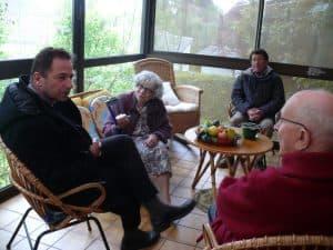 avec un couple de personnes du grand âge