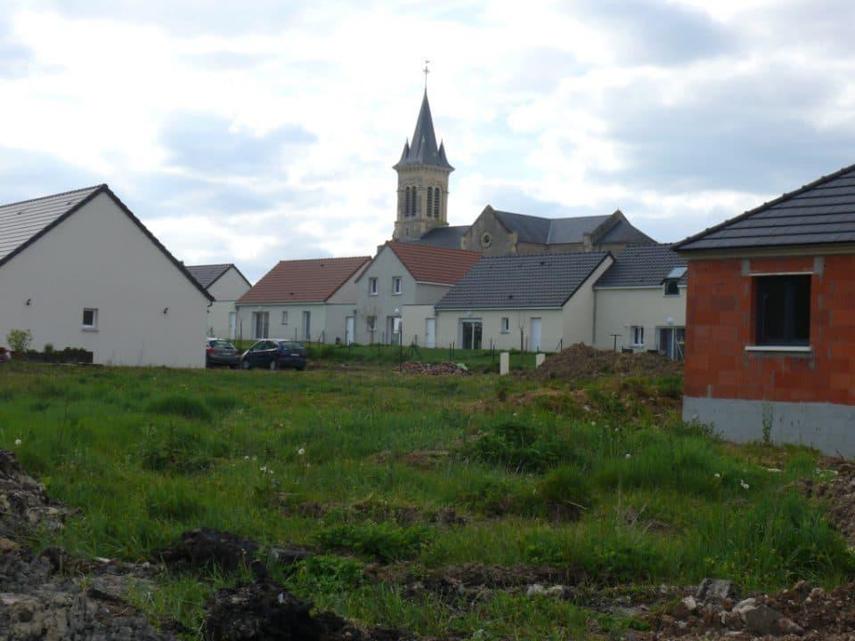 le nouveau lotissement visité par l'évêque autour de l'église de Challuy