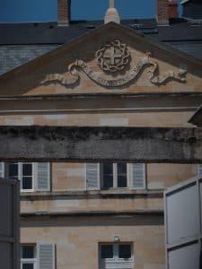 6 juillet Le portail s'ouvre sur le fronton...