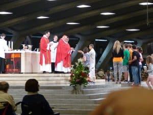 Certains du groupe ont pu participer à la procession des offrandes pendant la messe internationale.