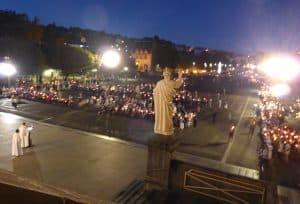 Ce que nous voyons pendant la procession aux lumières