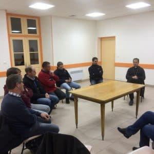 Rencontre du Père Evêque avec les jeunes agriculteurs du canton et avec des membres d'un syndicat agricole.