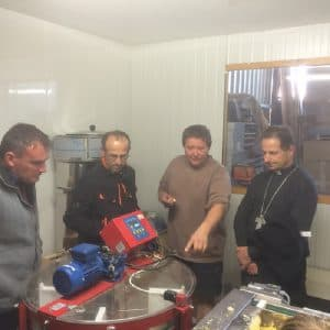 Visite de l'exploitation de Jean-Paul THOULET, agriculteur à Amazy, dans laquelle son fils Clément a développé une activité d'apiculteur.