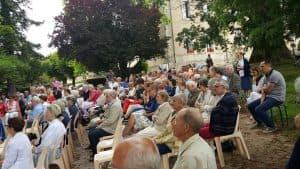 avec la participation d'une Assemblée réunissant les 4 paroisses et les nombreux vacanciers sous le traditionnel séquoia