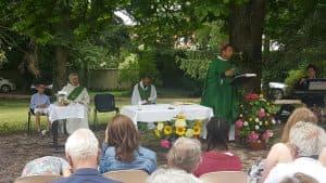 En prononçant l'homélie, notre évêque…